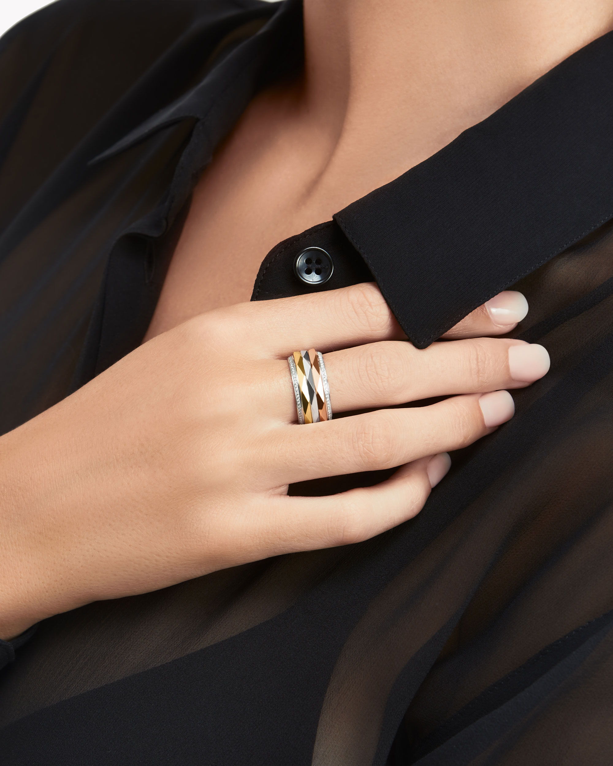 Model wear the Graff jewellery collection diamond ring